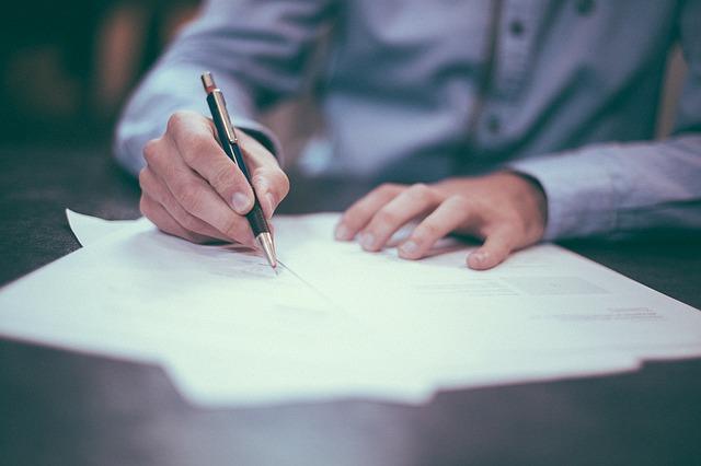Zastanawiasz się jakie dokumenty potrzebne do zaciągnięcia pożyczki pozabankowej musisz dostarczyć firmie pożyczkowej? Ucieszy Cię fakt, że nie jest ich dużo, a co się z tym wiąże - wniosek o pożyczkę można złożyć szybko. Dodatkowo mała ilość dokumentów sprawi, że ten wniosek zostanie szybko rozpatrzony.